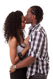 Любящие Афро-американские пары целуя - чернокожие люди Стоковые Изображения