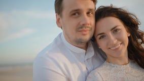 Любящие белые пары на пляже акции видеоматериалы