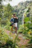 Любящие молодые пары в лесе принимая автопортрет Стоковые Фото