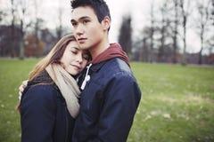 Любящие молодые пары в парке стоковые фотографии rf