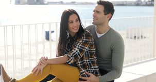 Любящие молодые пары ослабляя на портовом районе видеоматериал
