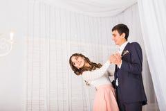 Любящие молодые пары танцуя совместно дома для того чтобы отпраздновать специальный случай Стоковое Изображение