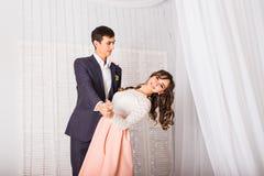 Любящие молодые пары танцуя совместно дома для того чтобы отпраздновать специальный случай Стоковое фото RF