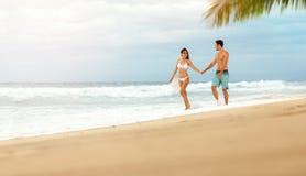 Любящие наслаждаться и прогулка пар на пляже стоковое фото rf