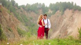 Любящие пары в горах видеоматериал