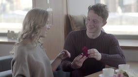 Любящие пары в кафе на день ` s валентинки: человек делает предложение сток-видео
