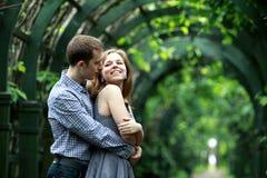 Любящие пары в парке Стоковые Фото
