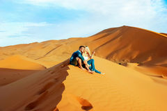 Любящие пары в пустыне Сахары Марокко стоковая фотография rf