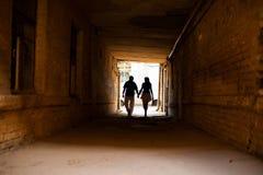 Любящие пары в своде Стоковое Фото
