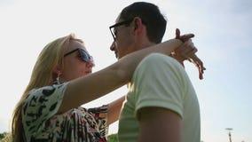 Любящие пары в солнечных очках на замедленном движении захода солнца акции видеоматериалы