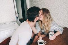 Любящие пары в уютном маяке Стоковое фото RF
