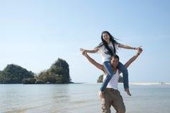 Любящие пары имея потеху на пляже Стоковое Изображение RF