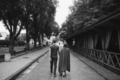 Любящие пары идя в город Стоковое фото RF