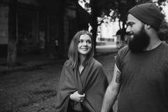 Любящие пары идя в город Стоковые Фотографии RF