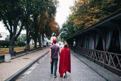 Любящие пары идя в город Стоковое Изображение