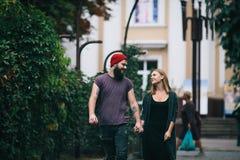 Любящие пары идя через город Стоковое Изображение RF