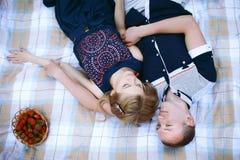 Любящие пары лежа на шотландке Стоковая Фотография RF