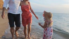 Любящие пары молодых родителей идя вдоль сток-видео