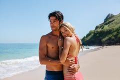 Любящие пары наслаждаясь праздниками на пляже Стоковые Фотографии RF