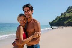 Любящие пары на каникуле пляжа Стоковое Фото