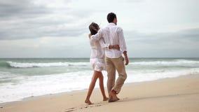 Любящие пары на пляже в замедленном движении акции видеоматериалы