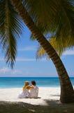 Любящие пары на тропическом пляже стоковые фотографии rf