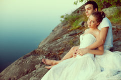 Любящие пары обнимая на озере Красивые молодая женщина и человек Стоковое Изображение