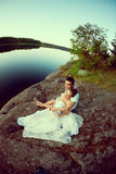 Любящие пары обнимая на озере Красивые молодая женщина и человек Стоковое Фото