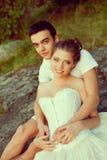 Любящие пары обнимая на озере Молодая женщина и человек красоты внутри Стоковая Фотография RF