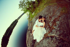 Любящие пары обнимая на озере Молодая женщина и человек красоты внутри Стоковые Изображения