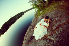 Любящие пары обнимая на озере Молодая женщина и человек красоты внутри Стоковое Фото