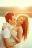 Любящие пары обнимая на озере Молодая женщина и человек красоты внутри Стоковое фото RF