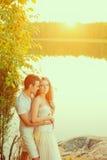 Любящие пары обнимая на озере Молодая женщина и человек красоты внутри Стоковое Изображение RF