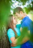 Любящие пары около дерева Стоковые Фотографии RF