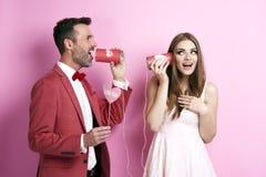 Любящие пары оплачивая дальше могут позвонить по телефону стоковая фотография rf
