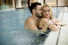 Любящие пары ослабляя на курорте в бассейне Стоковое Изображение RF