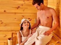 Любящие пары ослабляя на сауне Стоковое Изображение