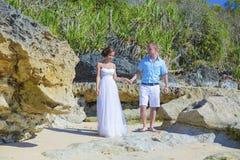 Любящие пары свадьбы на береговой линии океана стоковое фото rf