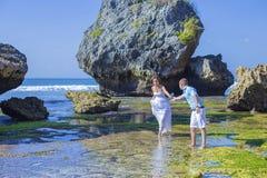 Любящие пары свадьбы на береговой линии океана стоковые фотографии rf
