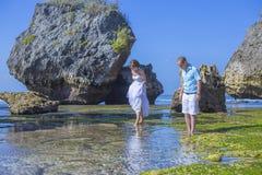 Любящие пары свадьбы на береговой линии океана стоковое изображение rf