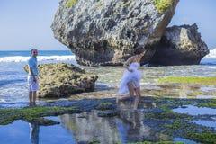 Любящие пары свадьбы на береговой линии океана стоковое изображение
