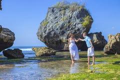 Любящие пары свадьбы на береговой линии океана стоковые фото