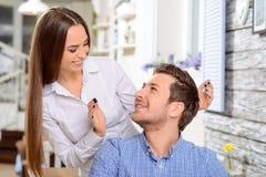 Любящие пары сидя в кафе Стоковое Изображение