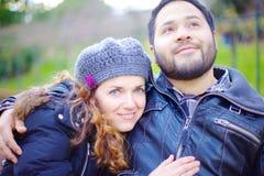 Любящие пары сидя на скамейке в парке Стоковое Фото