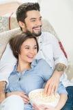 Любящие пары сидя на софе Стоковое Изображение RF