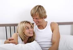 Любящие пары смотря один другого в кровати стоковое изображение