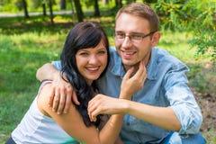 Любящие пары - супруг и жена - обнимая и смеясь над в p Стоковые Изображения RF