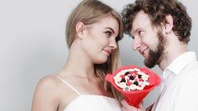 Любящие пары с цветками пука конфеты Любовь стоковая фотография rf