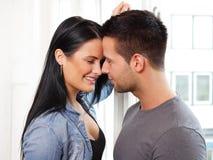 Любящие пары усмехаясь на одине другого Стоковое Изображение