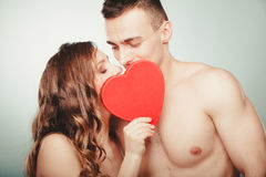 Любящие пары целуя за красным сердцем Любовь стоковые изображения